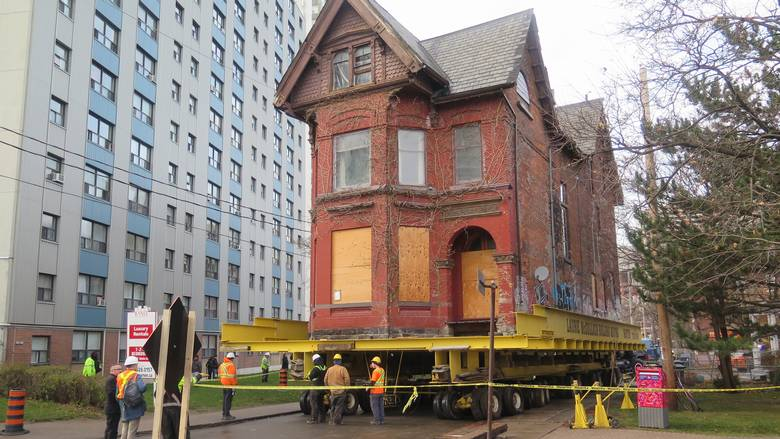 House moving on Howard St, in Toronto, Globe and Mail